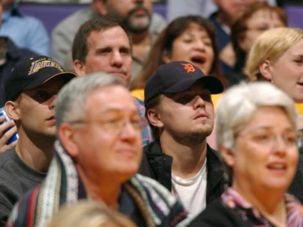 """""""Titanic""""-stjernen Leonardo DiCaprio engasjerer seg i basketball-kampen. Foto: All Over Press"""