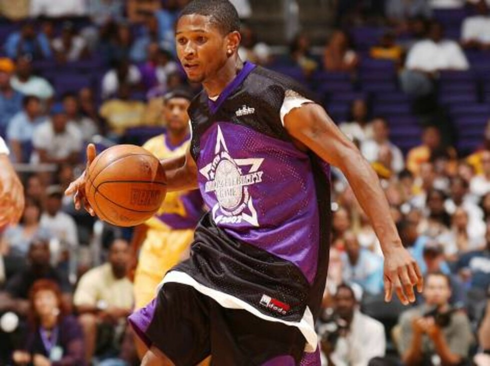 """LOS ANGELES - AUGUST 11:   Recording artist Usher participates in the 17th Annual Magic Johnson """"A Midsummer Night's Magic"""" celebrity basketball game at STAPLES Center on August 11, 2002 in Hollywood, California.  The annual charity game benefits the Tayl Foto: All Over Press"""