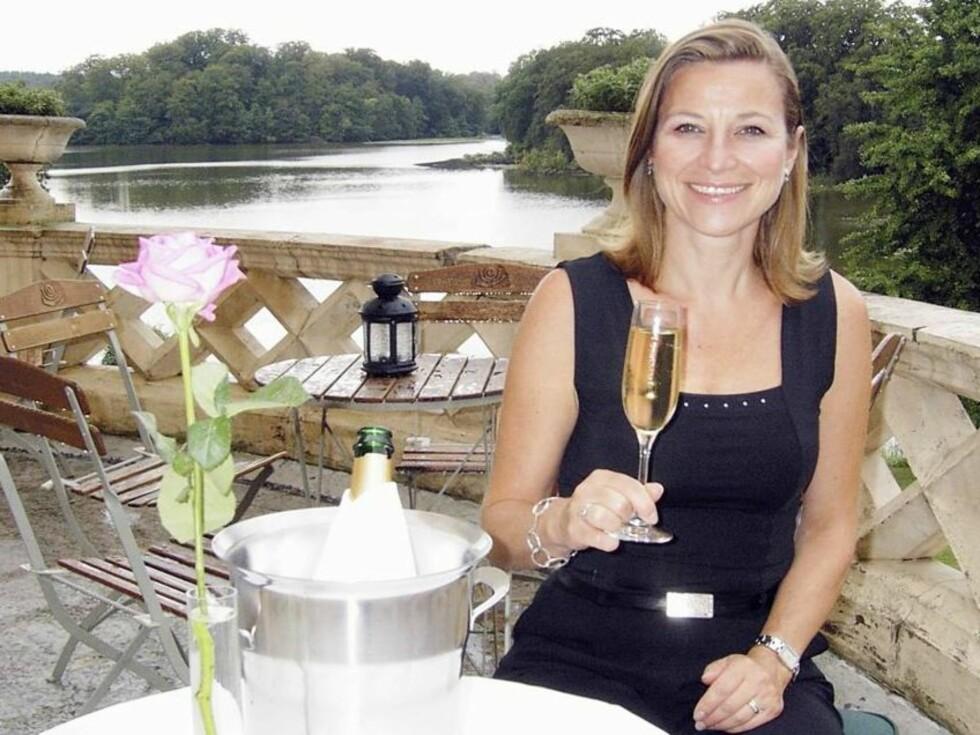 ROMANTISK: Slottsterrassen på Häckeberga er en oase. Nyt champagnen - og den vakre utsikten.  Foto: Erling Skaget/Se og Hør