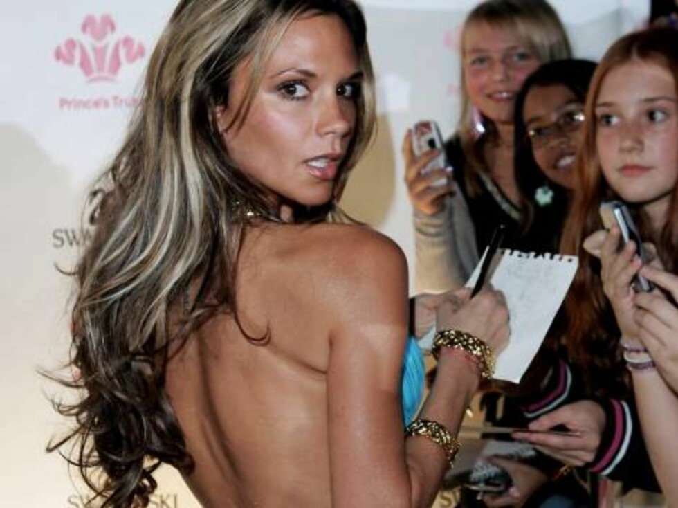 MONTE CARLO, MONACO - OCTOBER 17:  Victoria Beckham signs autographs as she arrives at the Swarovski Fashion Rocks for The Prince's Trust event at the Grimaldi Forum October 17, 2005 in Monte Carlo, Monaco.  (Photo by MJ Kim/The Prince's Trust via Getty I Foto: All Over Press