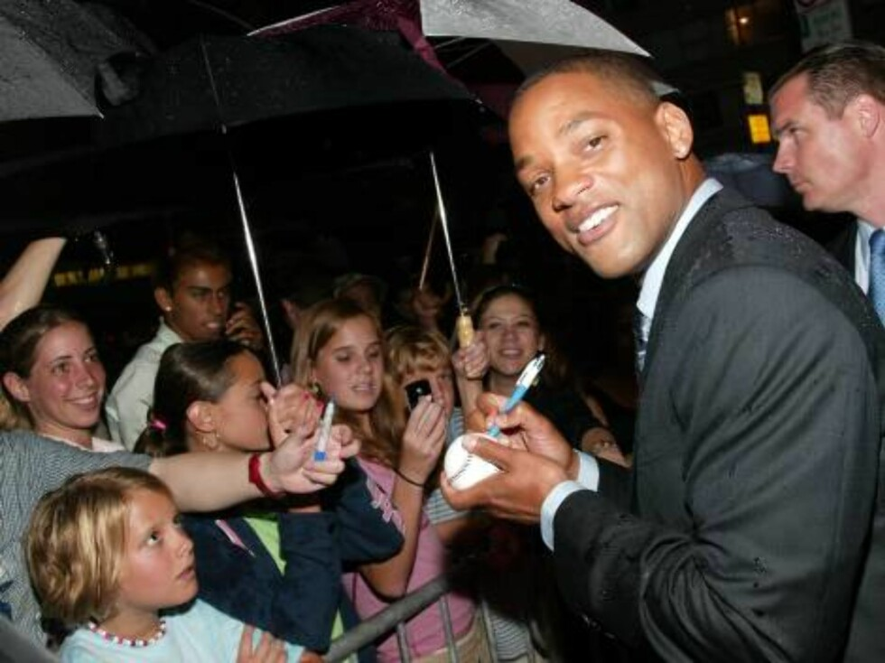 "NEW YORK - JULY 14:  Actor Will Smith autographs a baseball for a fan at the New York screening of ""I, Robot"" at the Beekman Theatre July 14, 2004 in New York City. (Photo by Evan Agostini/Getty Images)  / ALL OVER PRESS51058022EA001_robot *** Local Capti Foto: All Over Press"