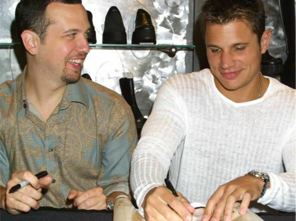 393590 09: Singers Justin Jeffre (L) and singer Nick Lachey(R) of the teen group 98 Degrees sign autographs and meet fans August 22, 2001 at the Steve Madden shoe store at Roosevelt Field in Long Island in New York.  (Photo by George De Sota/Getty Images) Foto: All Over Press