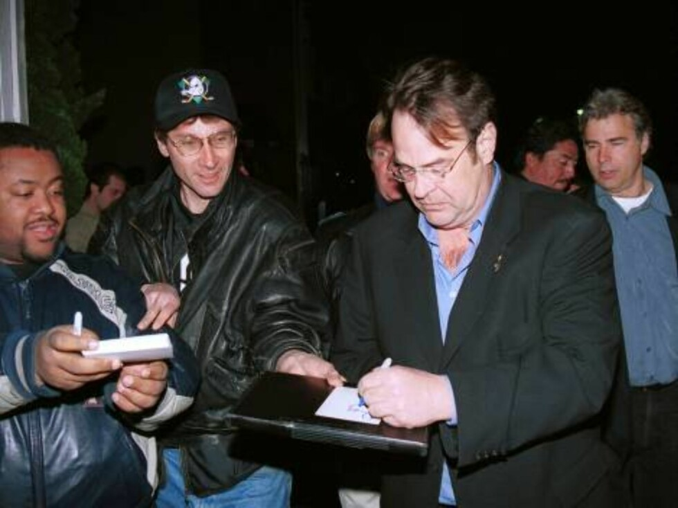 401873 09:  Actor Dan Aykroyd signs autographs outside A.D. club March 2, 2002 in Hollywood, CA.  (Photo by David Klein/Getty Images) ALL OVER PRESS Foto: Getty Images