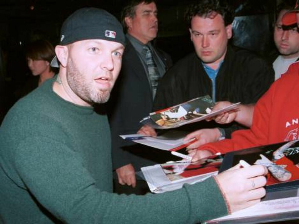 403262 12:  Limp Bizkit singer Fred Durst signs autographs outside Mr. Chows restaurant March 29, 2002 in Beverly Hills, CA.  (Photo by David Klein/Getty Images) ALL OVER PRESS Foto: Getty Images