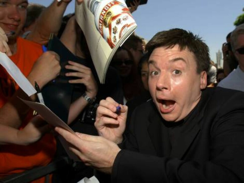 HOLLYWOOD, CA - JULY 24:  Actor Mike Myers signs autographs at ceremony honoring him with a star on the Hollywood Walk of Fame on July 24, 2002 in Hollywood, California. (Photo by Vince Bucci/Getty Images)   / ALL OVER PRESS Foto: All Over Press