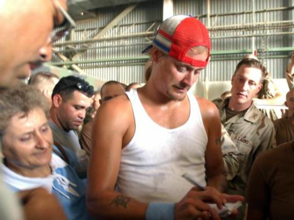 BAGHDAD, IRAQ - JUNE 19:  Kid Rock signs autographs for U.S soldiers at Baghdad's airport June 19, 2003 in Baghdad, Iraq.  Country singer Chely Wright, hip hop group Nappy Roots, Kid Rock, and model Leeann Tweeden entertained thousands of U.S. troops with Foto: All Over Press