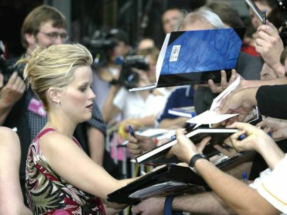 "HAMBURG, GERMANY - JULY 19:  Actress Reese Witherspoon signs autographs before the German premiere of her new film ""Legally Blonde 2: Red, White and Blond"" at The Cinemax film theatre July 19, 2003 in Hamburg, Germany.  (Photo by Stuart Franklin/Getty Ima Foto: All Over Press"