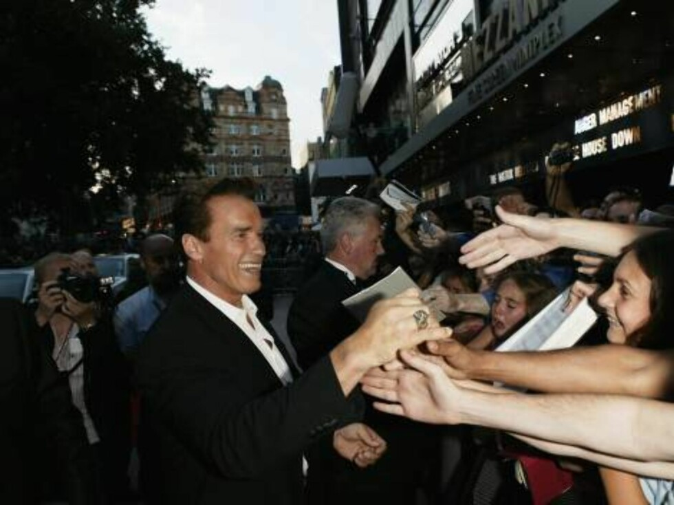 "LONDON - JULY 21:  (UK PAPERS OUT) Actor Arnold Schwarzenegger signs autographs for fans at the premiere of ""Terminator 3: Rise of the Machines"" at the Odeon Leicester Square on July 21, 2003 in London. (Photo by Dave Hogan/Getty Images)  / ALL OVER PRES Foto: All Over Press"