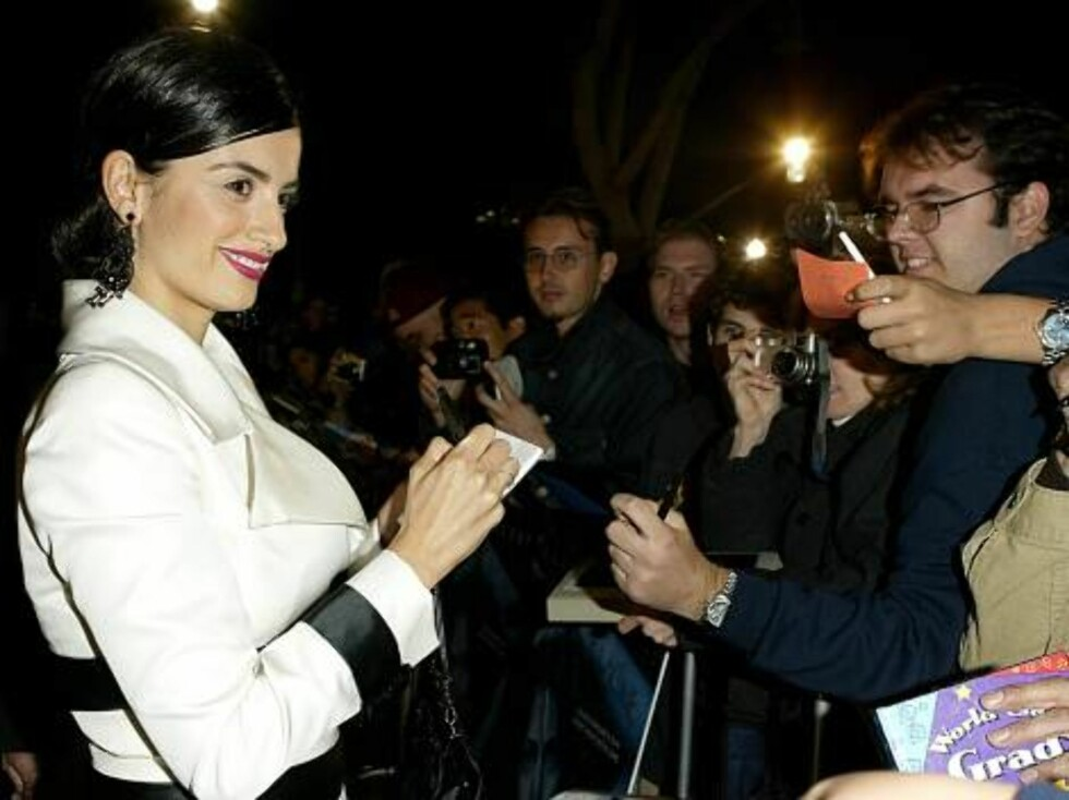 "WESTWOOD, CA - NOVEMBER 13:  Actress Penelope Cruz signs autographs for fans at the world premiere of the film ""Gothika"" at the Mann Village Theatre November 13, 2003 in Westwood, California.  (Photo by Carlo Allegri/Getty Images) / ALL OVER PRESS *** Loc Foto: All Over Press"