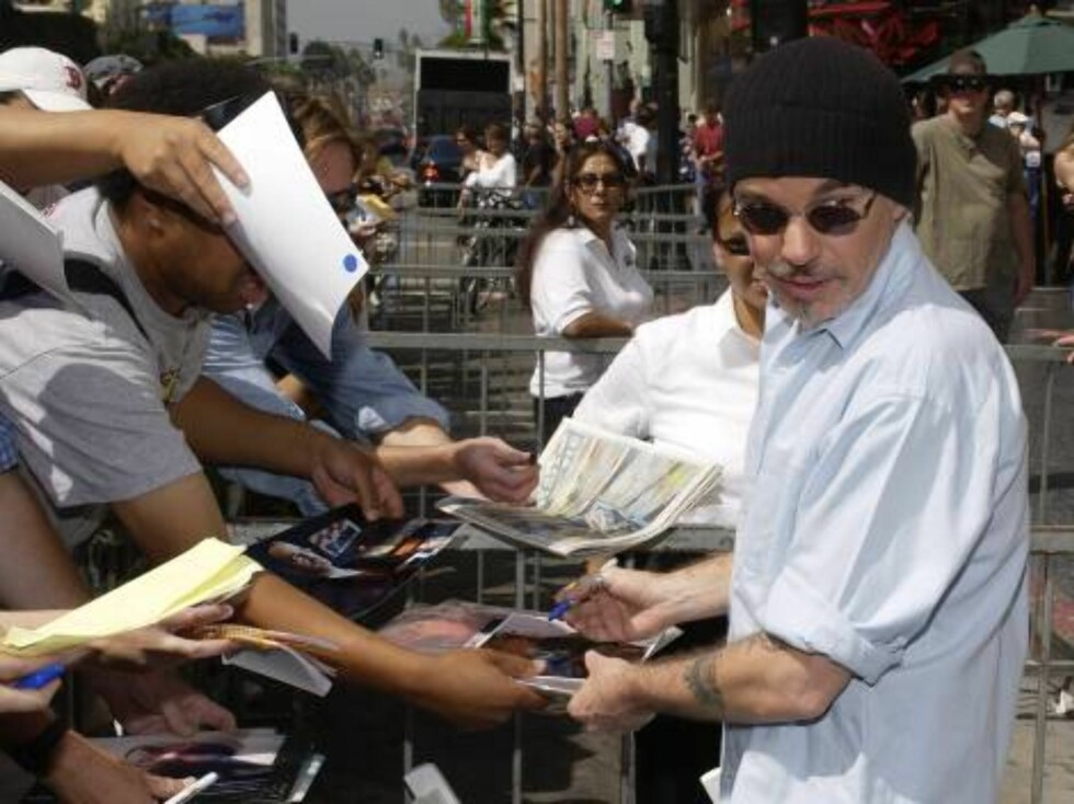 HOLLYWOOD - SEPTEMBER 18:  Actor Billy Bob Thorton signs autographs after a ceremony for actor Robert Duvall who received a star on the Hollywood Walk of Fame September 18, 2003 in Hollywood, California.  (Photo by Vince Bucci/Getty Images) / ALL OVER PRE Foto: All Over Press