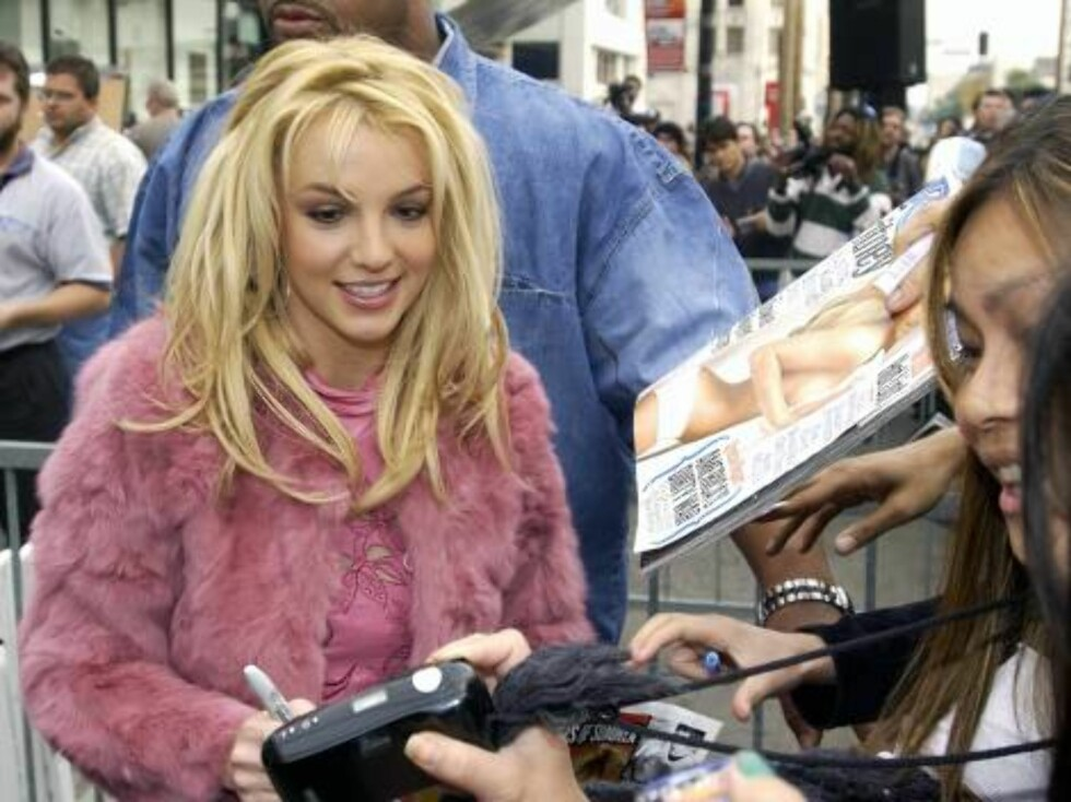 HOLLYWOOD - NOVEMBER 17:  Singer Britney Spears greets fans at a ceremony honoring her with a star on the Hollywood Walk of Fame on Hollywood Boulevard November 17, 2003 in Hollywood, California.  (Photo by Vince Bucci/Getty Images) / ALL OVER PRESS *** L Foto: All Over Press