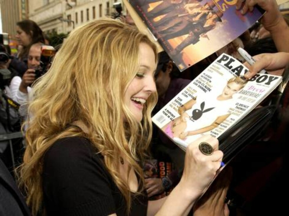 HOLLYWOOD - FEBRUARY 3:  Actress Drew Barrymore signs autographs for fans at the ceremony honoring her with a star on the Hollywood Walk of Fame February 3, 2004 in Hollywood, California.  (Photo by Vince Bucci/Getty Images)  / ALL OVER PRESS *** Local C Foto: All Over Press