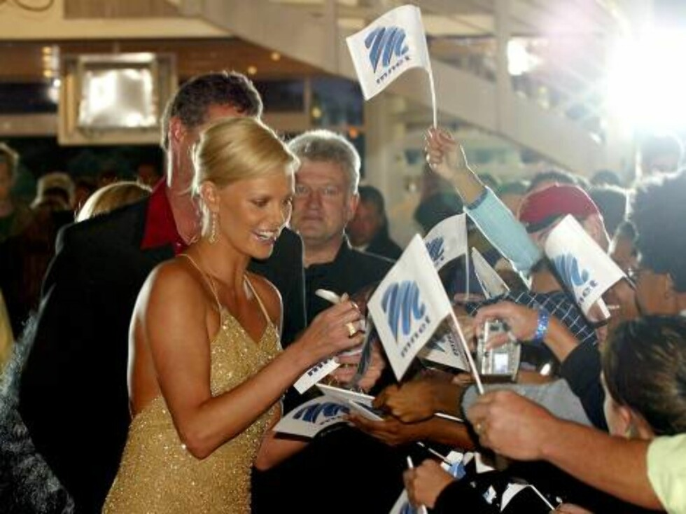 JOHANNESBURG, SOUTH AFRICA - MARCH 7:  Actress Charlize Theron signs autographs after arriving at the M-Net TV station for a live television appearance March 7, 2004 in Johannesburg, South Africa.  (Photo by Cobus Bodenstein-Pool/Getty Images) / ALL OVER Foto: All Over Press