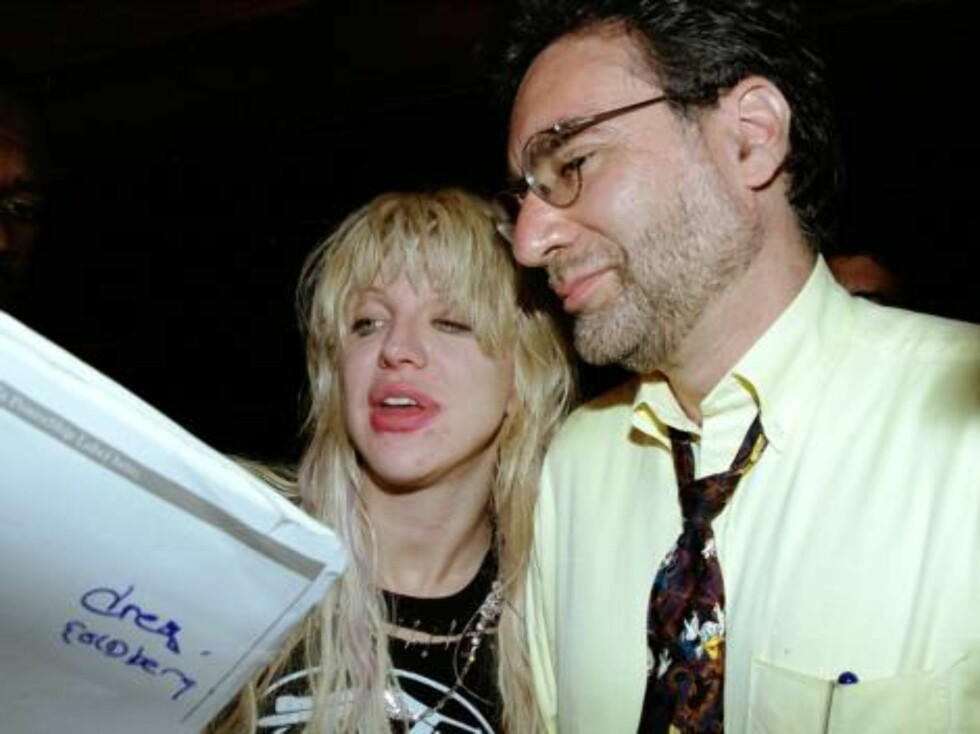 390809 04:  Musician and actress Courtney Love signs autographs as she leaves the after-party of The New Group Spring Gala cocktail party June 18, 2001 at the Hugo Boss flagship store on Fifth Avenue in New York City.  (Photo by Diane L. Cohen/Getty Image Foto: All Over Press
