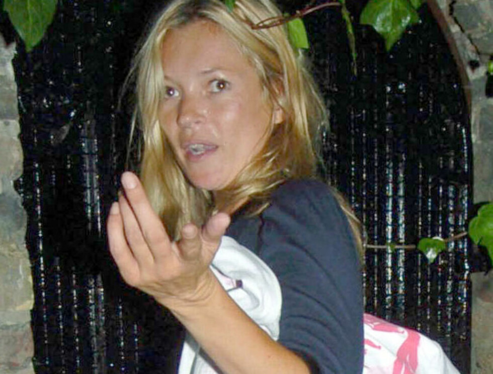 SLITEN: Kate Moss hadde vanskeligheter med å finne rett nøkkel... og freste til fotografene som tok henne på fersketn Foto: Stella Pictures