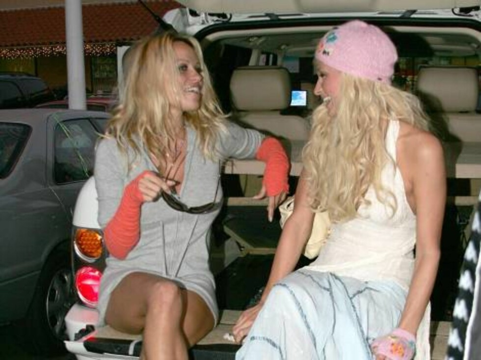US Hotel Heiress Paris Hilton and actress Pamela Anderson spent the afternoon having lunch and Christmas shopping together at Planet Blue store in Malibu-CA on December 12, 2004. They tried clothes with their friend photographer David LaChapelle.They also Foto: Stella Pictures