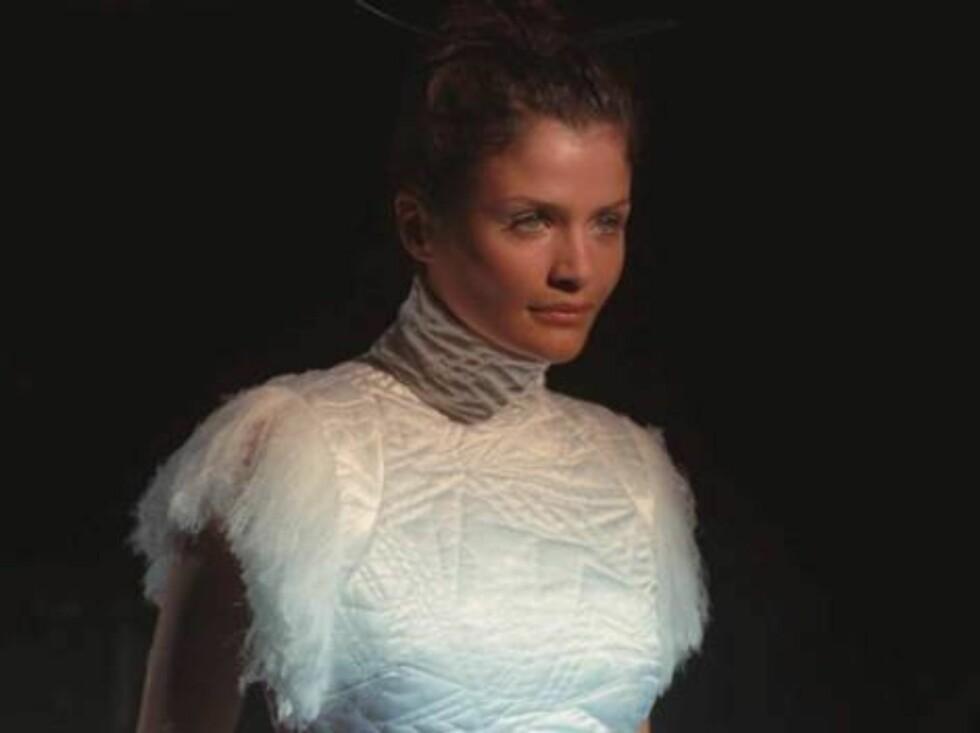 Helena Christensen viser frem sine kunster like før 2000. Foto: AP/Scanpix