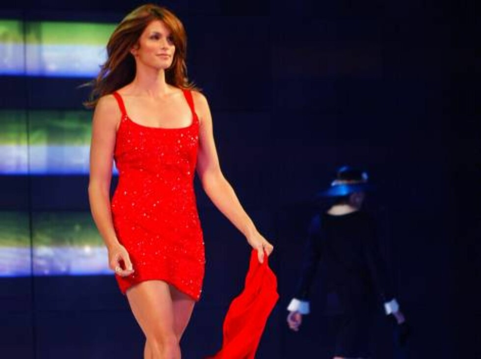 """Cindy Crawford models clothes at the """"Runway for Life"""" Celebrity Fashion Show benefitting St. Jude's Children's Research Hospital and celebrating the DVD release of """"Chicago"""" in Beverly Hills, Calif., Tuesday, Aug. 19, 2003. (AP Photo/Jill Connelly) Foto: AP/Scanpix"""
