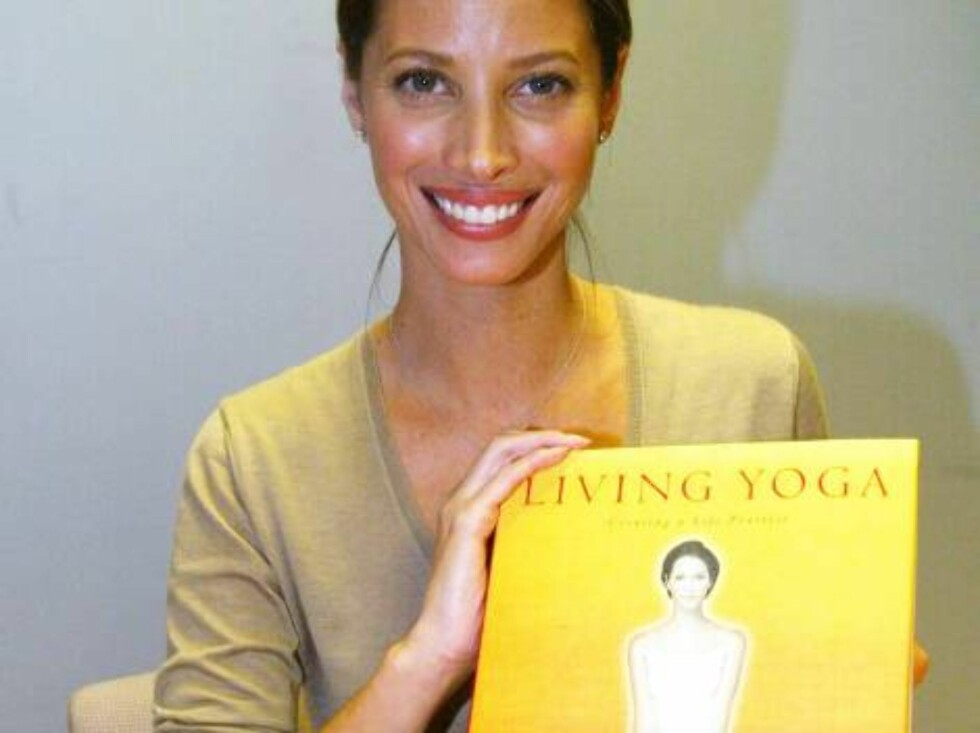 """SANTA MONICA, CA -OCTOBER 17:  ***EXCLUSIVE*** Model Christy Turlington poses with her new book """"Living Yoga"""" at Borders bookstore on October 17, 2002 in Santa Monica, California. (Photo by Frazer Harrison/Getty Images)  - Original Filename: 412100_05_T Foto: All Over Press"""