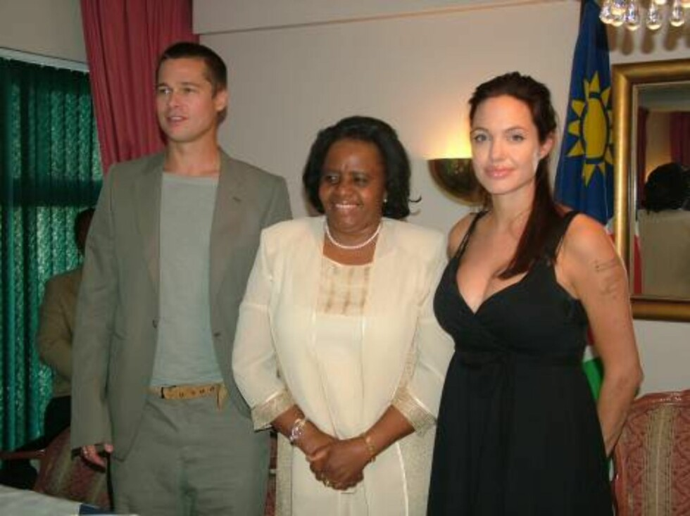 Brad Pitt and Angelina Jolie pose with Namibian First Nady Penexupifo Pohamba after a press conference held for the Namibian press exclusively in a hotel in the Namibian city of Swakopmund Wednesday June 7 2006. It was the couple's first public appearance Foto: AP/Scanpix