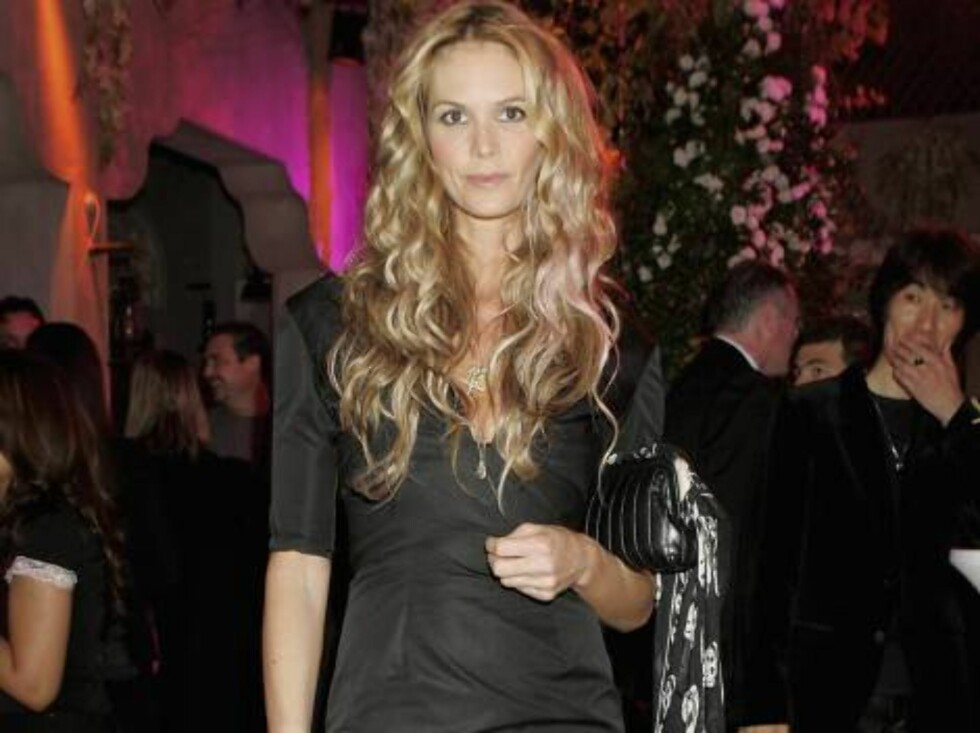 DUBAI, UNITED ARAB EMIRATES - DECEMBER 5:  Model Elle Macpherson poses at the XVA gallery before the SAKS Fifth Avenue party in Bur Dubai during Modern Luxury on December 5th 2005 in Dubai, United Arab Emirates. Modern Luxury is the International Herald T Foto: All Over Press