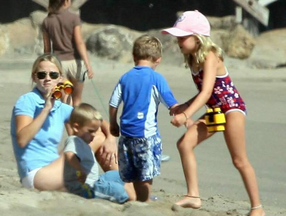 ALENE MED BARNA: Reese koser seg på stranden i Malibu - uten ektemannen. Foto: All Over Press