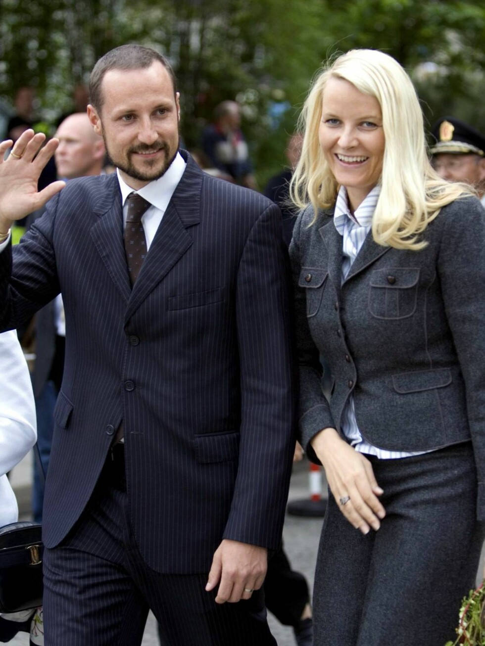 PÅ TUR: Kronprins Haakon og kronprinsesse Mette-Marit innledet tirsdag sitt fylkesbesøk i Sogn og Fjordane. Foto: All Over Press