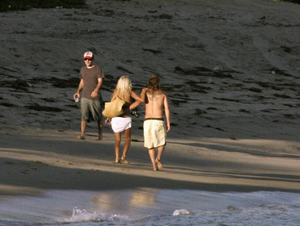 KOS: Det ble svært romantisk da Pam og Kid vandret hånd i hånd langs bølgene ... Foto: Stella Pictures