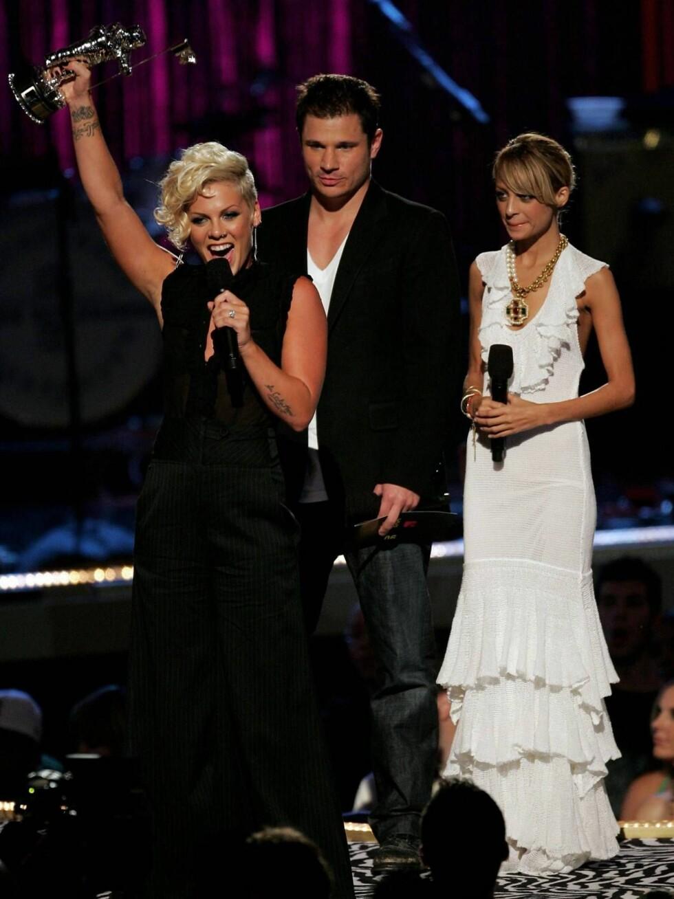 GLAD PINK: Pink viste følelser da hun fikk pris av Nick Lachey og Nicole Richie. Foto: All Over Press
