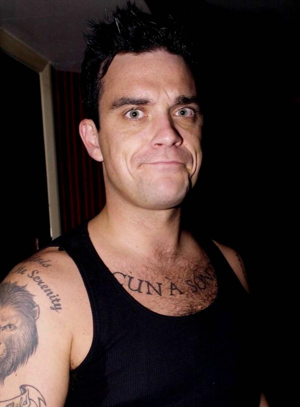MÅ SLUTTE: Robbie Williams har 18 tatoveringer, men nå gjør for vondt å ta flere, sier han. Foto: All Over Press