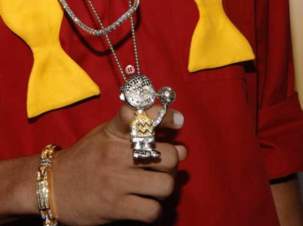 R&B-stjernen Chris Brown med søtt smykke. Foto: All Over Press