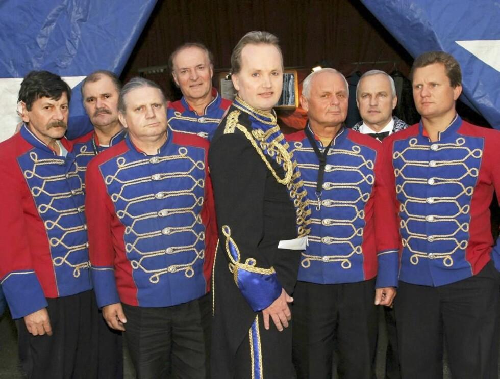 OPPTRER FOR KRONPRINSPARET: Cirkus Agora-sjef Jan-Ketil Smørdal måtte finne en vikar da han ble bedt om å opptre for kronprinsparet i hjembygda Nordfjordeid Foto: Se og Hør, Bent Are Sigvaldsen