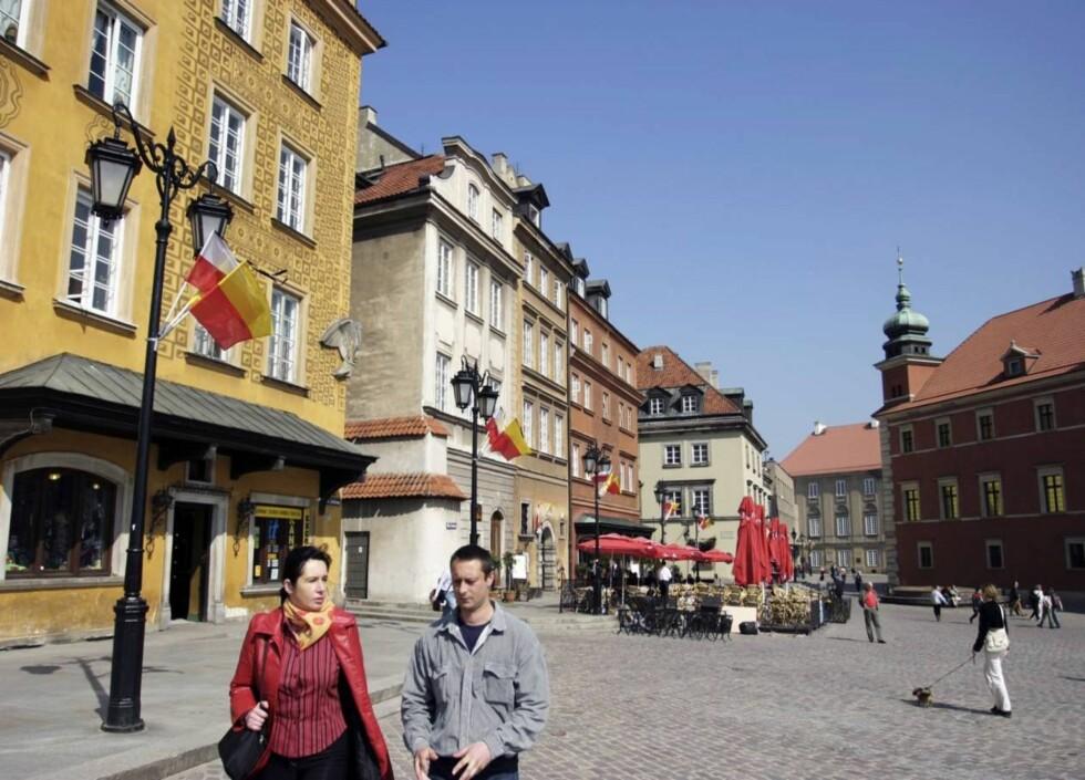 EKSAKT KOPI: Gamlebyen i Warszawa er et fantastisk sted å tilbringe en sommer- eller høstdag. Hele denne bydelen ble bombet sønder og sammen av tyskerne under krigen, men er nå bygget opp igjen akkurat slik den var tidligere. Foto: Thomas Lillehagen Røyert