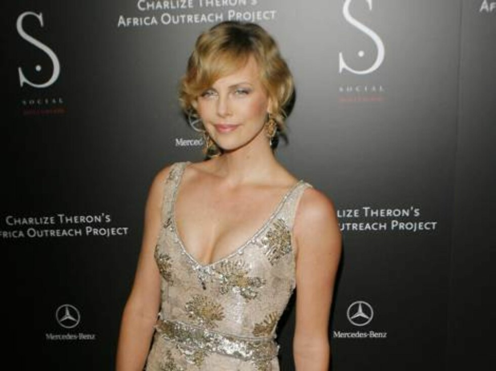 Charlize Theron arrives for the grand opening of the club Social Hollywood and to attend an auction to benefit her Africa Outreach Program in Los Angeles, Tuesday, June 27, 2006.  (AP Photo/Lucas Jackson) Foto: AP/Scanpix