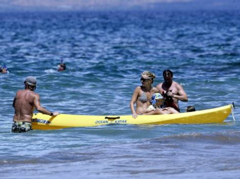 Kate Hudson playing with son Ryder on a kayak in Maui where the newly single mom is spending a few days. September 10, 2006 X17agency exclusive Foto: All Over Press
