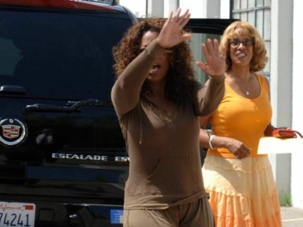 Oprah shows her new body and she looks good in Los Angeles as she arrives at a studio. She has definitly lost a little!!! July 22, 2006 X17agency EXCLUSIVE Foto: All Over Press