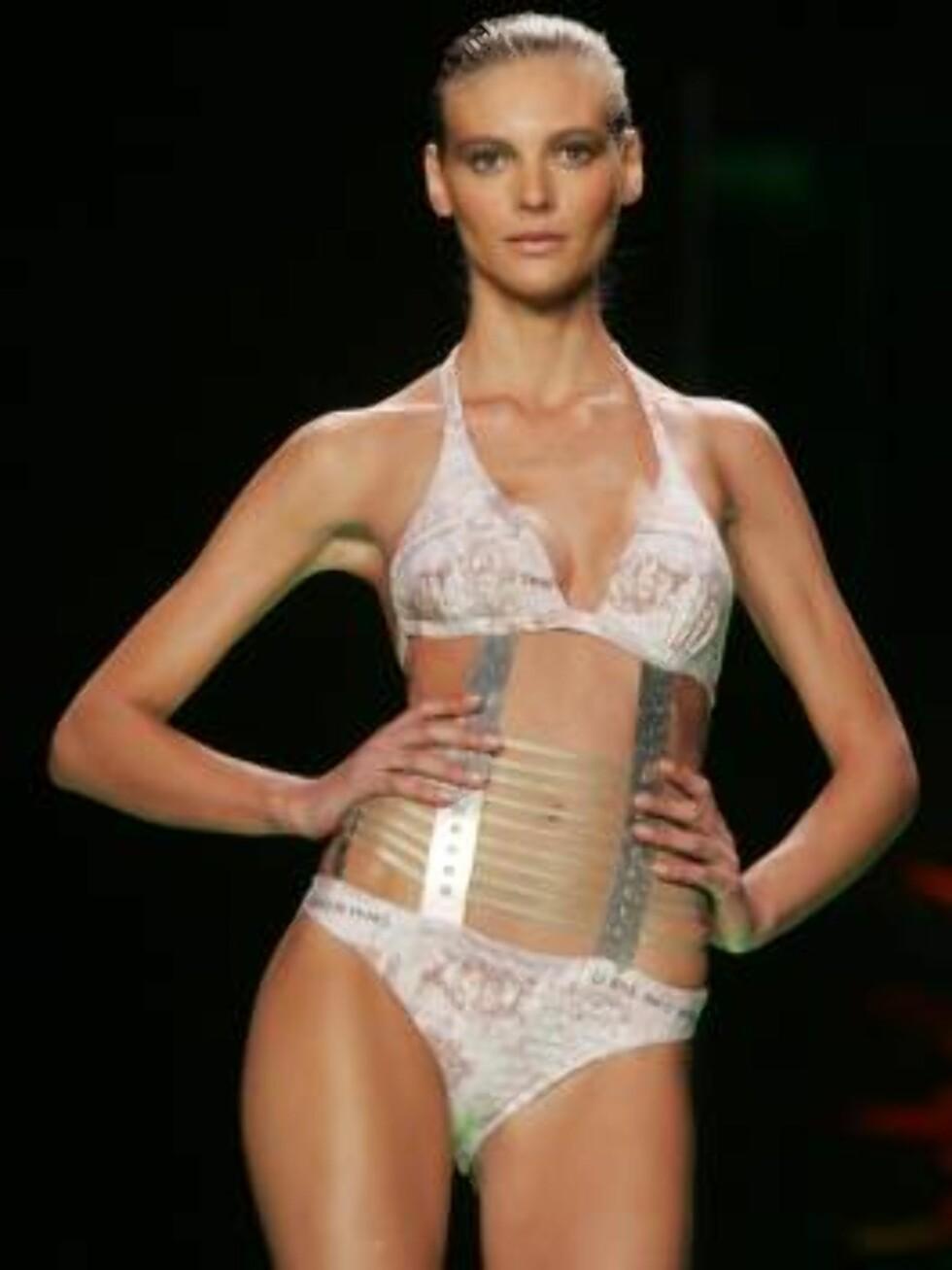 New YOrk 2006-09-10   A model walks the runway at ROSA CHA Spring/Summer 2007 Fashion Show during Olympus Fashion Week.  Photo: Nancy Kaszerman/ZUMA Press  Code: 4014  COPYRIGHT STELLA PICTURES Foto: STELLA PICTURES