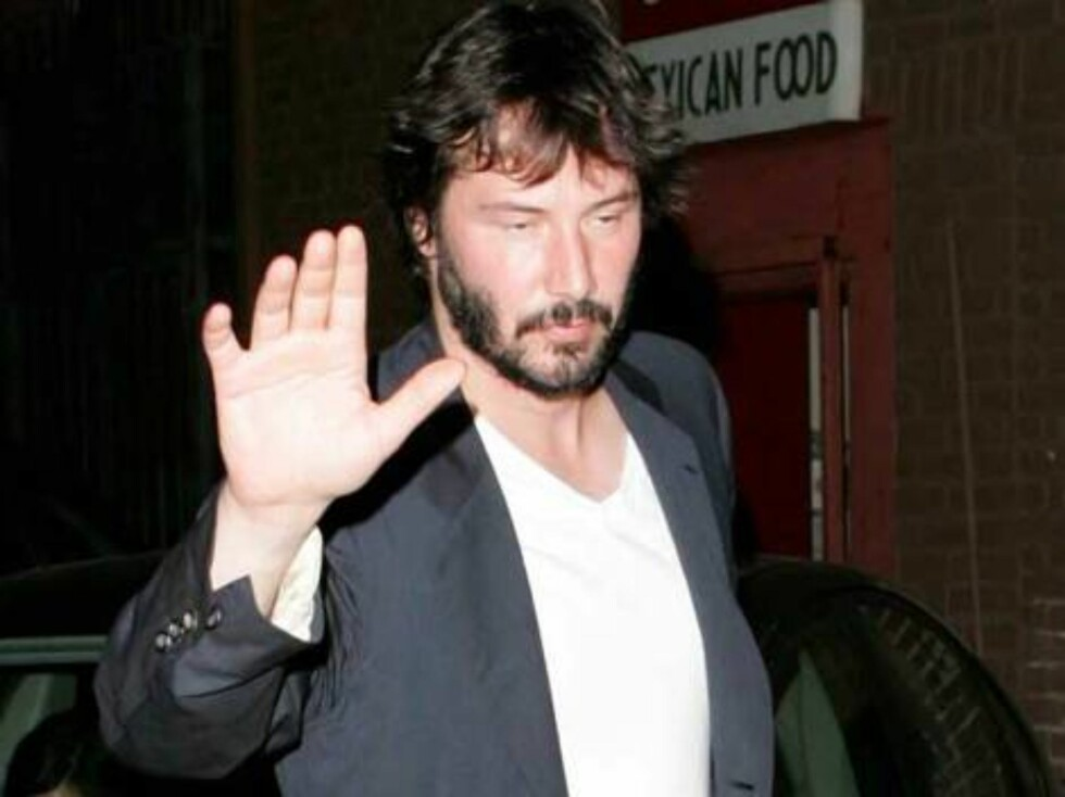 Keanu looks drunk as he leaves the Ivy restaurant in Hollywood with mysterious brunette. July 27, 2006 X17agency EXCLUSIVE Foto: All Over Press