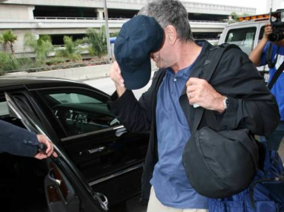 Robert DeNiro ducking the photographers at LAX June 6, 2006 X17 Foto: All Over Press