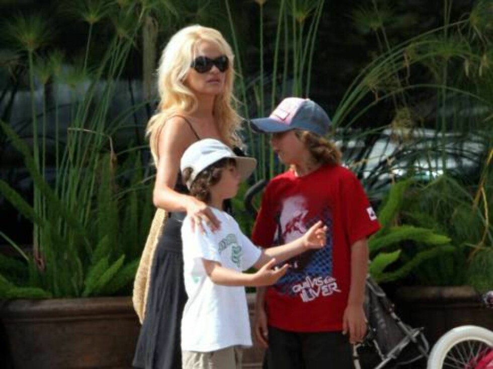 Pamela Anderson ready to wed in Vegas next week hangs out in Malibu with her kids July 24, 2006 X17agency EXCLUSIVE Foto: All Over Press