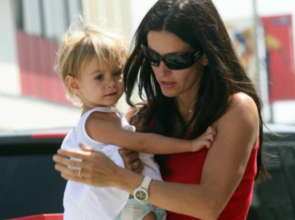 Courteney Cox drops her keys carrying daughter Coco in Hollywood August 17, 2006 X17agency EXCLUSIVE Foto: All Over Press