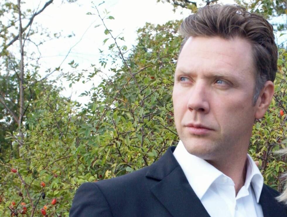 PÅ BEDRINGENS VEI: Mikael Persbrandt har kommet seg over de harde påkjenningene som fulgte i kjølvannet av utroskaps-skandalen. Foto: tv2