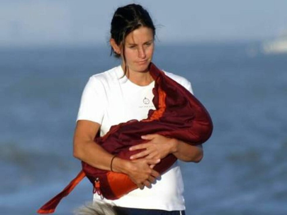Courteney Cox and nanny introduce baby Coco to the Malibu shore.  The Friends star, who has a home on the beach, strolled with their new daughter and their dogs on the sand in front of her house.  July 11, 2004.  Exclusive X17agency.com / ALL OVER PRESS Foto: All Over Press