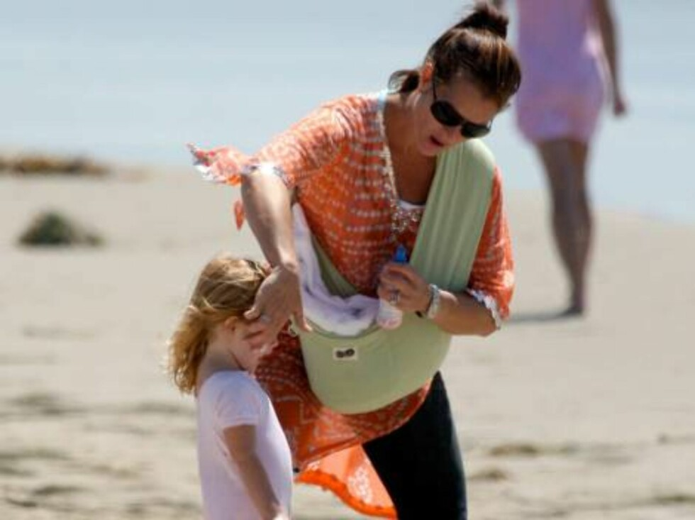 Brooke Shields walking baby Grier in a sling, taking the kids to the beach in Malibu September 3, 2006 X17agency exclusive Foto: All Over Press