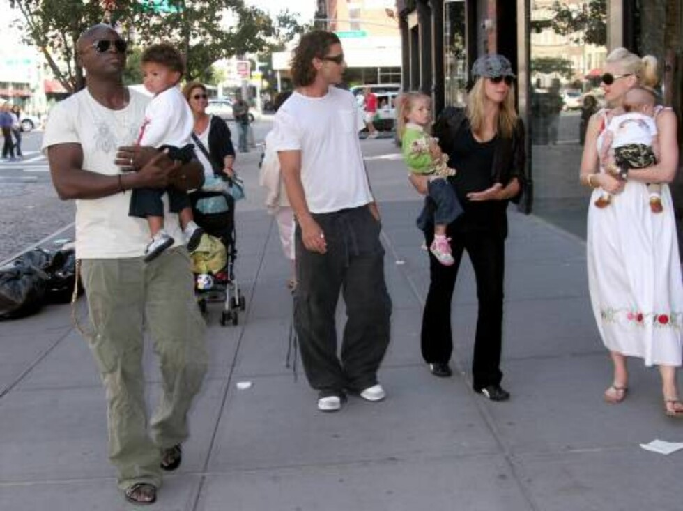 After having lunch at Pastis, Heidi Klum and Seal with their children (Leni and Henry) had an impromptu get together with Gwen Stefani and Gavin Rossdale with their son, Kingston.  They walked and talked a bit and then departed. Meat Packing Distric, West Foto: All Over Press