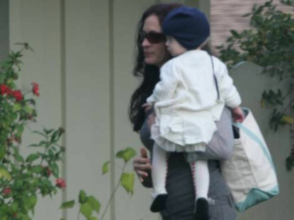 EXCLUSIVE pictures of Julia Roberts with husband Danny Moder visiting friends _Moder family members_with twins Finn and Hazel in Los Angeles. January 7, 2006 X17agency EXCLUSIVE / ALL OVER PRESS Foto: All Over Press