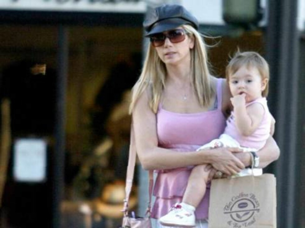 Mira Sorvino shopping with baby in Santa MonicaDecember 20, 2005 X17agency EXCLUSIVE  / ALL OVER PRESS Foto: All Over Press
