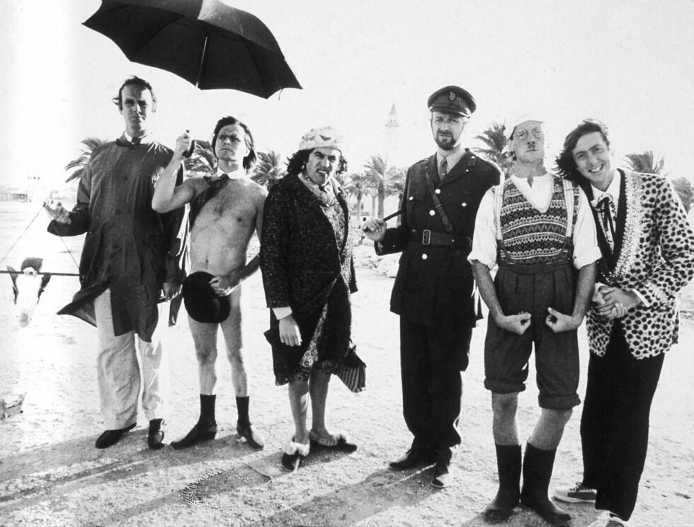 """STORHETSTIDEN: Hele gjengen samlet på settet til TV-serien """"Monty Pythons Flying Circus"""". Foto: All Over Press"""