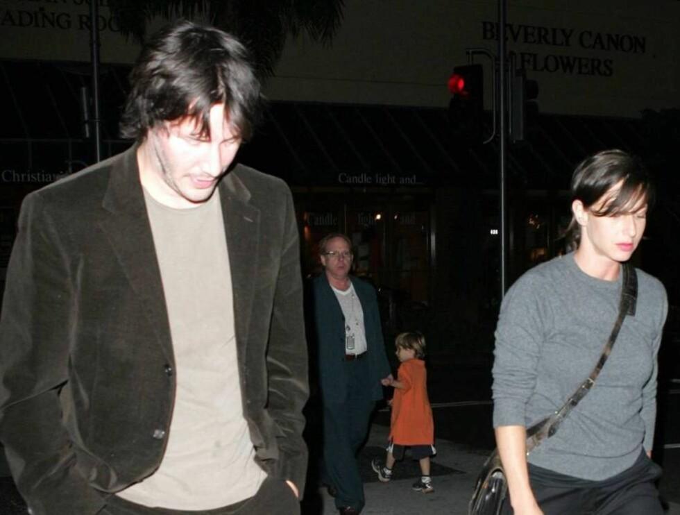 HENGEHUE: Keanu trengte hjelp fra kjæresten til å komme seg hjem etter en fuktig kveld på byen... Foto: All Over Press