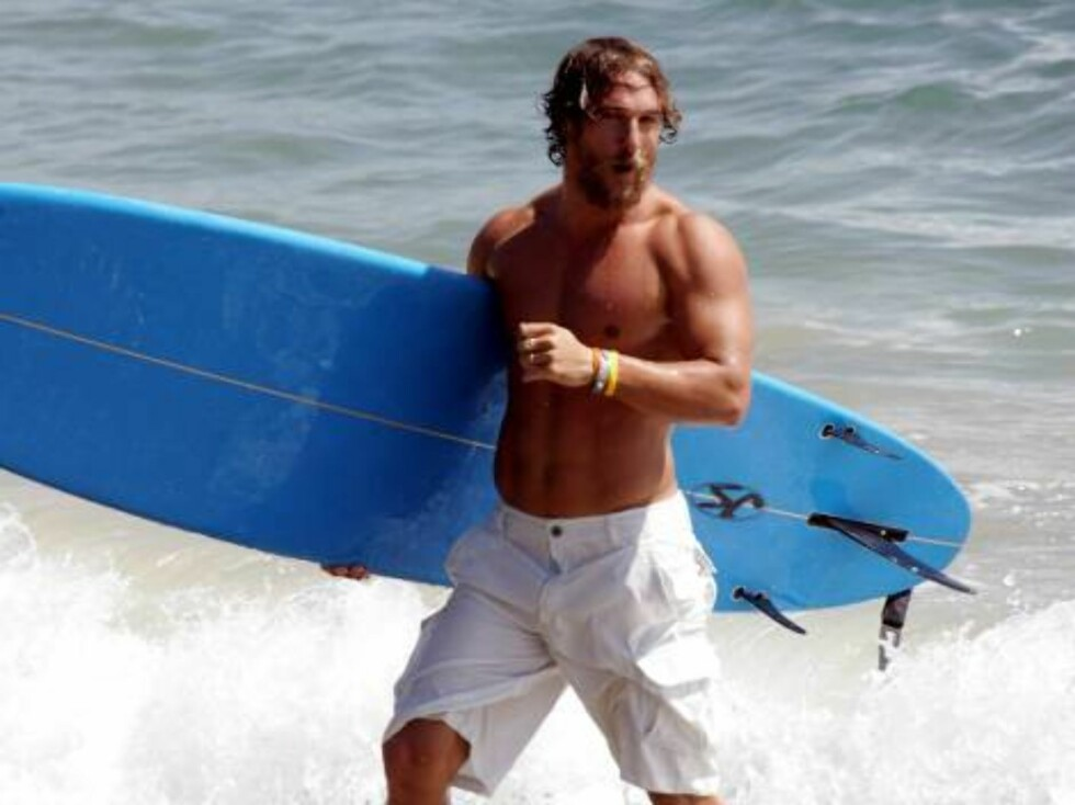Body builder Matthew McConaughey surfing with texan board in Malibu after a summer of exercise X17agency EXCLUSIVE Sept 19, 2006 Foto: All Over Press